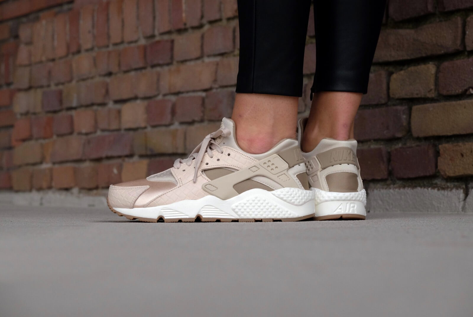 size 40 pretty cheap best sneakers Nike WMNS Air Huarache Run PRM Oatmeal/Khaki-Sail-Gum - 683818-102