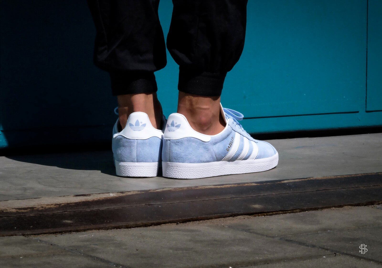 Seguro Vergonzoso interior  Adidas Gazelle - Clear Sky / White / Gold Metallic - BB5481