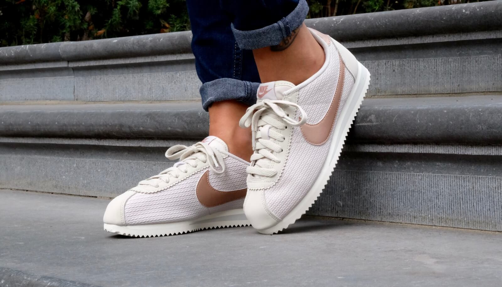 Nike Wmns Classic Cortez Leather Lux Light Bone/Metallic-red