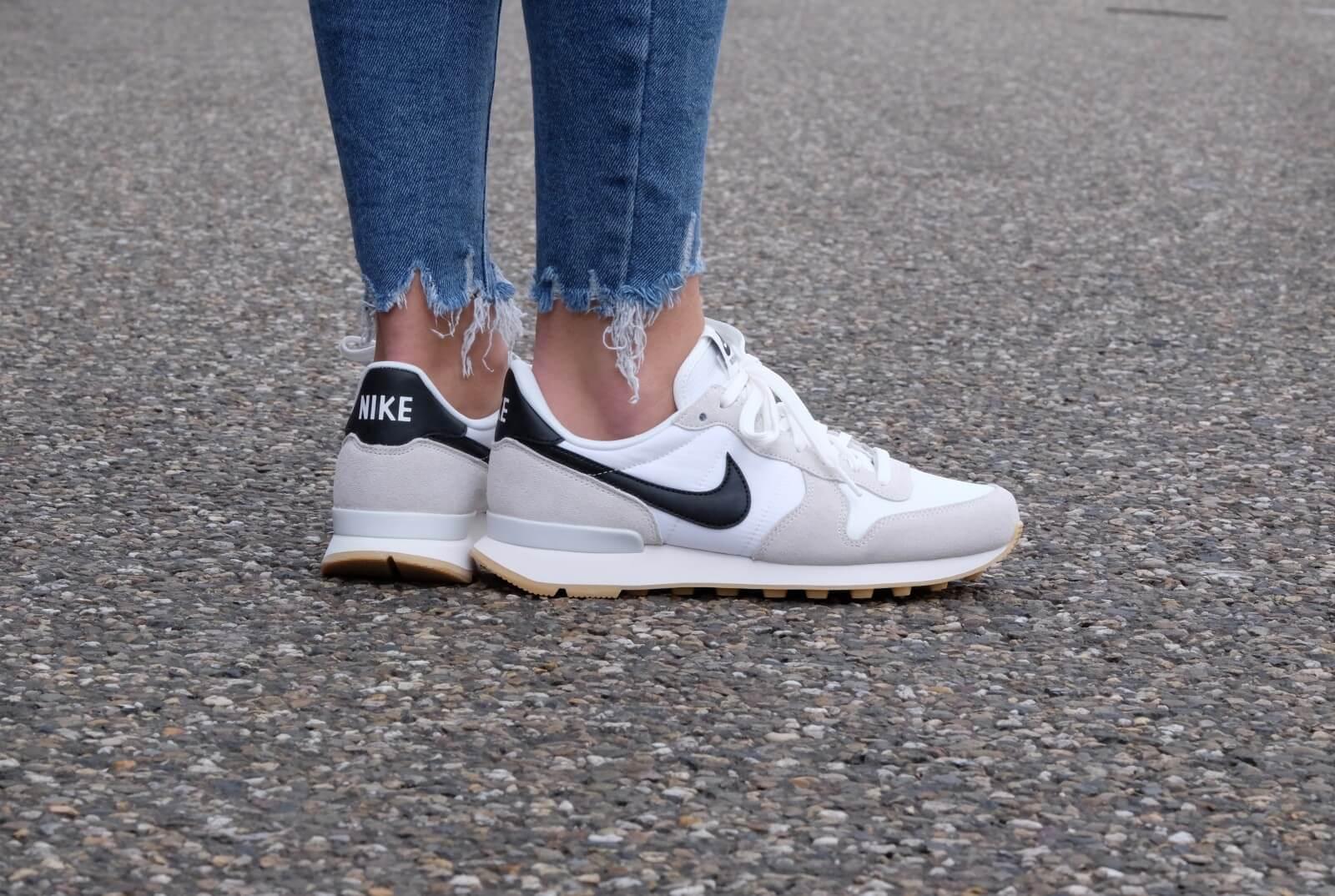 Nike Wmns Internationalist Summit White Black Gum Yellow