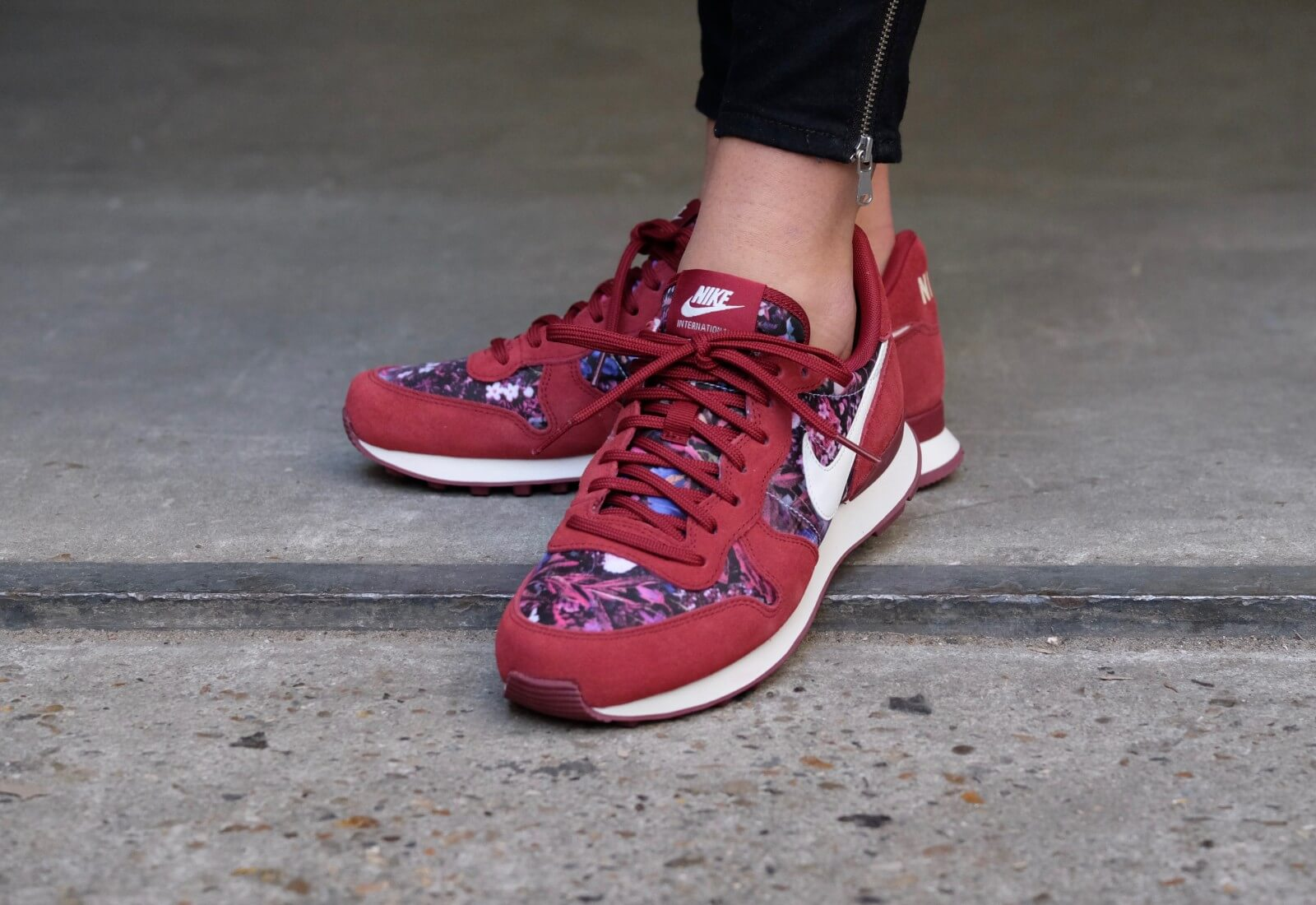 hot sale online a9dcc fa53f ... Nike WMNS Internationalist PRM Team RedSail-Team Red - 82840 ...