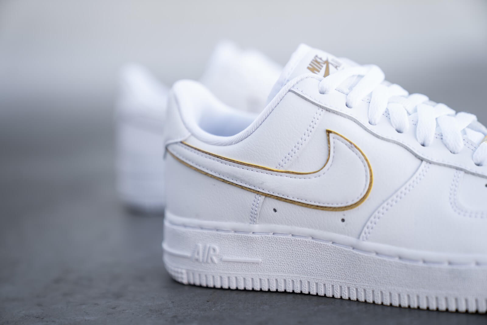 Seguir India reposo  Nike Women's Air Force 1 '07 ESS White/Metallic Gold - AO2132-102