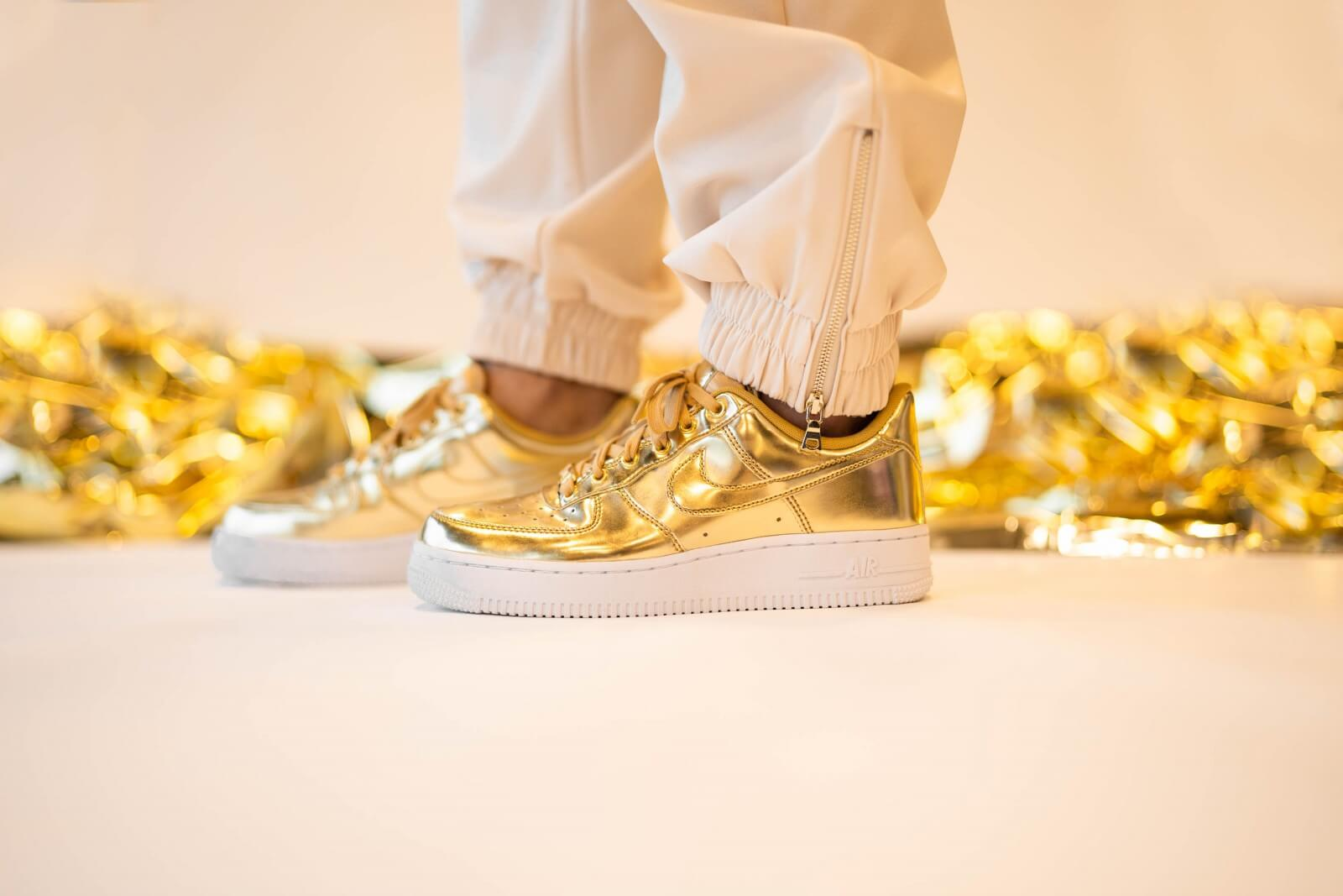 Air Force 1 Sneaker in Metallic Gold Club Gold & White