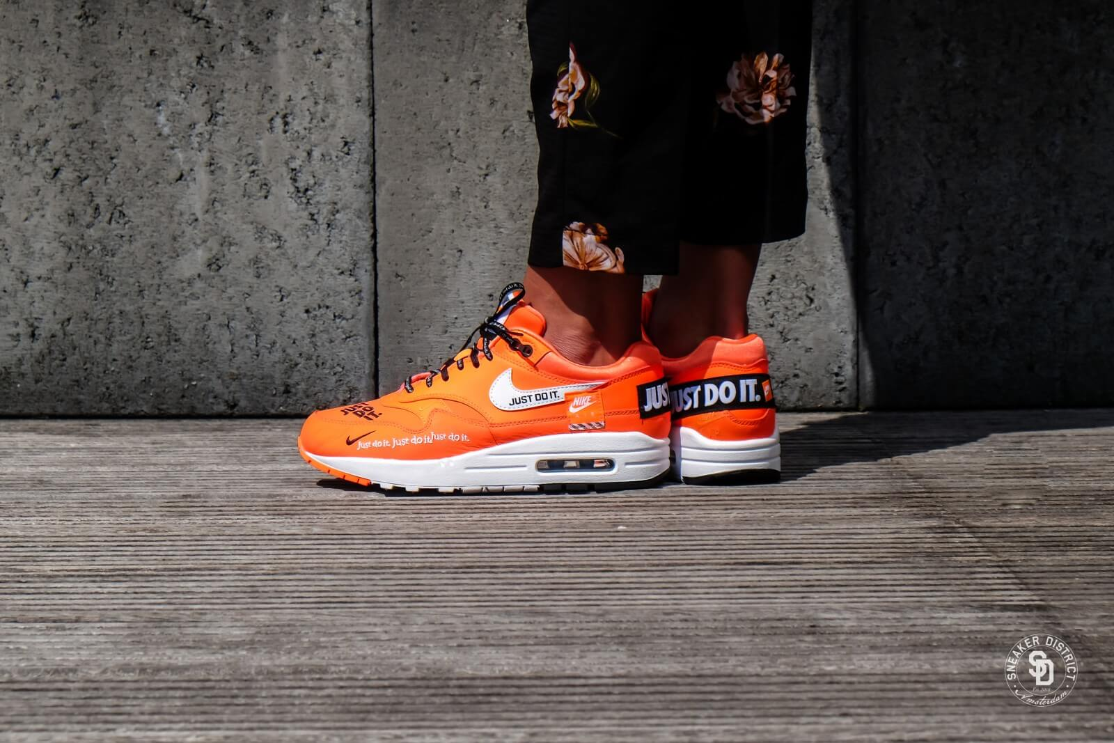 low priced d4810 f7fcf ... question paper trein zwolle amsterdam jim mason wood gasifier Nike bang  dat ik longkanker heb Women s Air Max 1 LUX Just Do It Total Orange White -Black