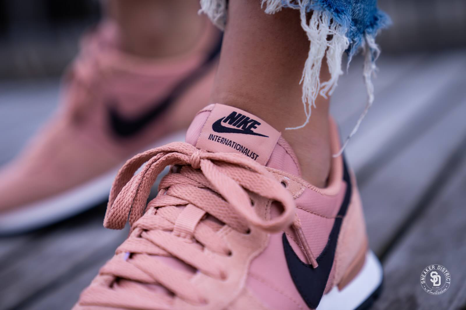 Nike Women's Internationalist Rose Gold/Oil Grey-Summit White