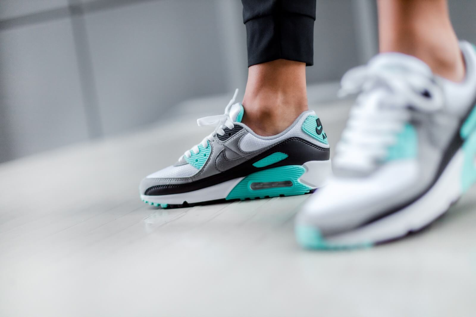 Nike Women's Air Max 90 White/Particle Grey-Hyper Turquoise